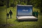 Macheta gonflabila a unui laptop ASUS in Parcul Tineretului