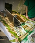 Modelul de laptop ASUS U53F Bamboo expus la evenimentul GreenASUS din Parcul Tineretului