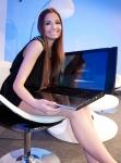 Promoter de la CeBIT 2010, prezentand laptopul ASUS NX90